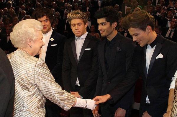 Lundi les One Direction ont rencontrés la reine d'Angleterre ....