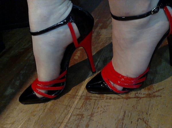Elle a des chaussures merveilleuses  !!!