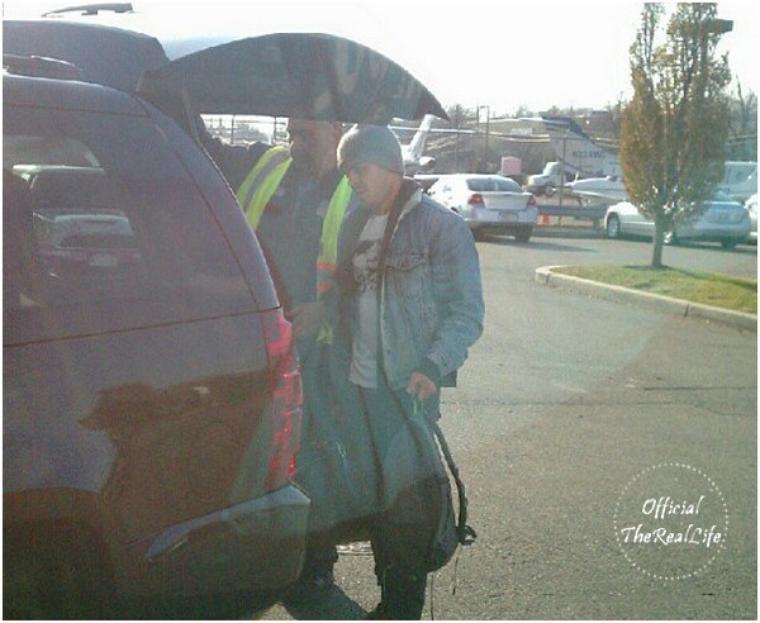 © ZEfron™  03.12.2012  -  Zac arrivant seulement à New York après avoir passé quelques jours à Arroyo Grande.  Merci au fan qui est arriver à shooter Zac sur le parking de l'aéroport.