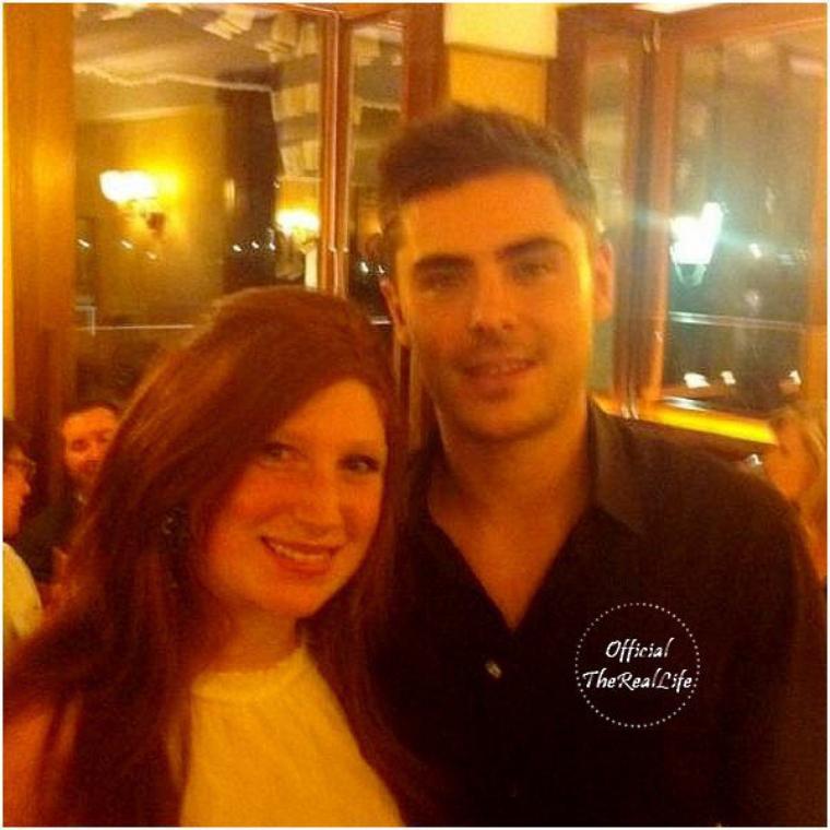 © ZEfron™  06.12.2012  -  Photo de Zac et une Fan dans un Restaurant à New York il y a quelques jours.