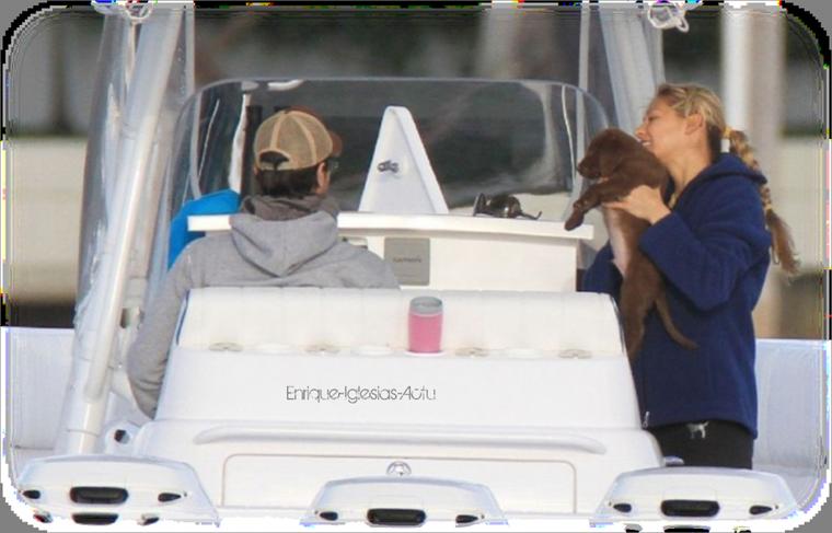 Lundi 28 Novembre - Enrique et Anna Kournikova ont été aperçus lors d'une balade en mer . Le couple a adopté un chiot