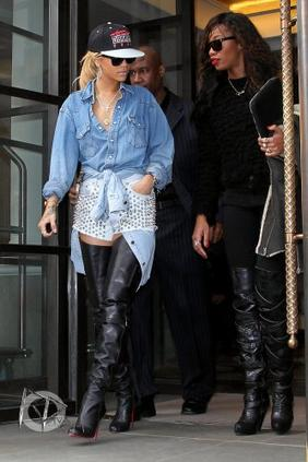 Les sorties de Rihanna sont toujours très attendues des fans et des photographes ! Aujourd'hui, ils étaient encore plus nombreux à l'attendre devant son hôtel, où la belle est apparue dans une tenue très rock !