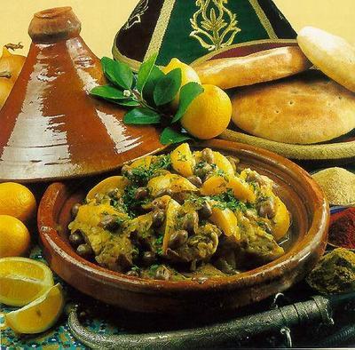 """Jâbir rapporte que l'Envoyé de Dieu :saws ordonnait de            se lécher les doigts et de saucer le plat, car disait-il : """"Vous ignorez            dans quelle partie du plat se trouve la baraka."""" (Muslim)"""