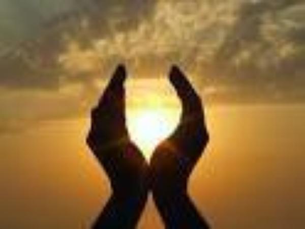 """""""O vous qui croyez! Évoquez Allah d'une façon abondante, et glorifiez-Le à la pointe et au déclin du jour"""". (33:41-42)"""