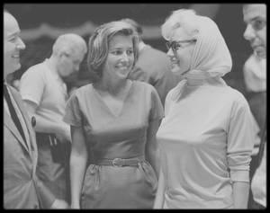 """1962 / Marilyn lors des répétitions de chant pour la soirée d'anniversaire du Président John FITZGERALD KENNEDY, au """"Madison Square Garden"""", accompagnée par Pat NEWCOMB aux côtés du producteur Richard ADLER."""