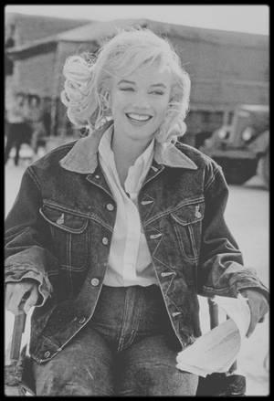 """1960 / Marilyn lors du tournage du film """"The misfits"""", dans le Nevada, entourée de John HUSTON, Montgomery CLIFT ou de son mari Arthur MILLER... Certaines photos sont signées Eve ARNOLD."""