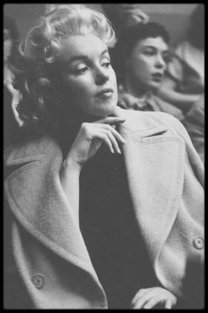 """1955 / Photos Roy SCHATT... C'est en mai que Marilyn s'inscrit, alors qu'elle est déjà une grande star, aux cours de Lee STRASBERG à """"l'Actors Studio"""", où incognito et sans maquillage, lors des séances publiques, comme le montre ces photos, Marilyn discute, fume une cigarette avec les autres élèves du cour. En effet, toujours en quête de vouloir améliorer son jeu de scène, Marilyn se montre une élève assidue lors des cours ; Marlon BRANDO, Paul NEWMAN ou encore James DEAN en firent partie !"""
