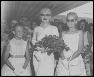 """20 juillet 1960 /  Marilyn arrive au """"Reno Municipal Airport"""" (Nevada) à 14 heures 45 dans un DC-7 de """"United Airlines"""", pour débuter le tournage des extérieurs de « The Misfits ». Arthur Miller l'attend à l'aéroport, ainsi que Mme Grant SAWYER, épouse du gouverneur du Nevada et leur fille Gail, l'hôtelier Charles MAPES, et le conseiller municipal Charles COWAN qui lui offrit la clé de la ville. Elle est vêtue d'un chemisier de soie blanche et d'une jupe blanche dont la fermeture éclair saillait dans le dos, et est coiffée  d'une perruque blond platine qu'elle a l'intention de porter dans le film. A son arrivée elle souffre de douleurs abdominales et de vomissements ; elle est physiquement et moralement épuisée (elle n'avait eu que deux semaines de repos entre le tournage de « Let's Make Love » et celui-ci). Les relations entre Marilyn et MILLER avaient atteint leur point de rupture."""
