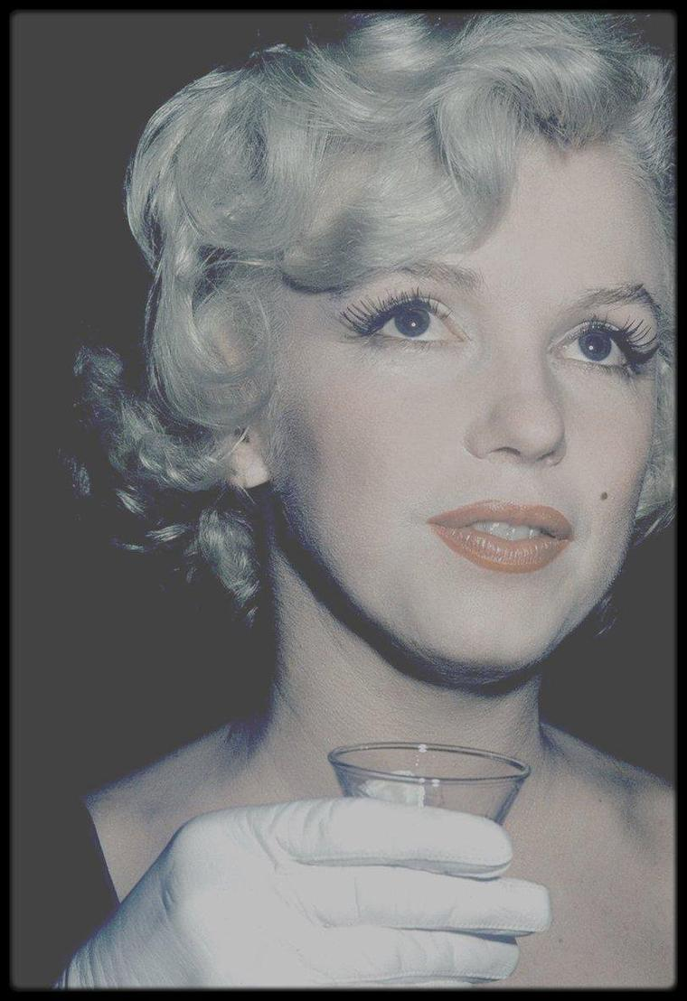 """Le mardi 8 juillet 1958 / Photos Roger MARSHUTZ... Marilyn arriva à Los Angeles, avec Paula STRASBERG et May REIS, sa secrétaire. C'était sa première apparition à Hollywood depuis « Bus stop ». Les 200 photographes et les journalistes furent éblouis par les cheveux blond platine de Marilyn, son chemisier de soie blanche, sa jupe blanche, ses chaussures blanches et ses gants blancs. Cela faisait deux ans qu'ils ne l'avaient pas vu mais ils  la trouvèrent néanmoins « franchement potelée ». Marilyn et May REIS furent envoyées au """"Beverly Hills Hotel"""" pour une conférence de presse à laquelle  participaient également Billy WILDER et les vedettes masculines du film, Tony CURTIS, Jack LEMMON et George RAFT. La journaliste Louella PARSONS était également présente."""
