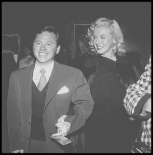"""1948 / C'est accompagnée de Mickey ROONEY que la jeune Marilyn se rend à la Première du film """"The emperor waltz"""" (""""La valse de l'Empereur"""") avec Joan FONTAINE et Bing CROSBY en têtes d'affiche."""