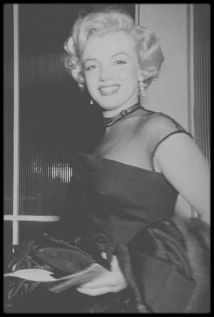 """1951 / Marilyn est conviée à la soirée annuelle des correspondants de presse étrangers à Hollywood au """"Mocambo Club""""."""