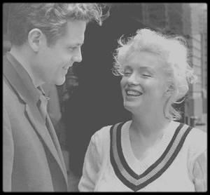 """1955 / Photos Roy SCHATT, Marilyn déjeune avec le jeune acteur Jack LORD (connu plus tard dans la série """"Hawaï police d'état"""")."""