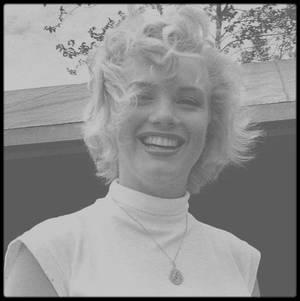 1952 / Jock CARROLL photographie Marilyn se promenant dans les environs des chutes du Niagara alors qu'elle tourne le film portant le même nom que les célèbres chutes.