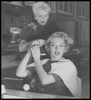 1952 / Marilyn se fait coiffer par Gladys RASMUSSEN (celle qui sera sa coiffeuse attitrée pendant plusieurs années) en vue d'une session photos pour Andre De DIENES.