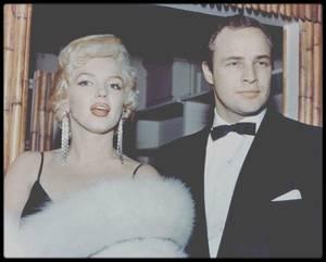 """12 Décembre 1955 / C'est aux côtés de Marlon BRANDO que Marilyn se rend à la Première de """"The rose tattoo"""" ; elle y rencontrera entre autres, Jayne MANSFIELD."""