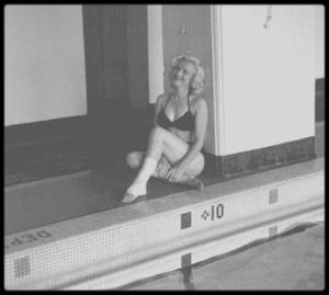 "1953 / Photos John VACHON, Marilyn à la piscine la cheville plâtrée, suite à un accident survenu lors du tournage du film ""River of no return""."
