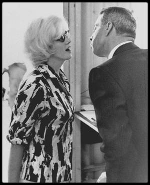 1962 / Marilyn accompagnée de Joe se rend à l'aéroport international de Miami pour se rendre à Mexico en vu d'acheter meubles et vaisselles pour sa maison de Brentwood, Beverly-Hills.