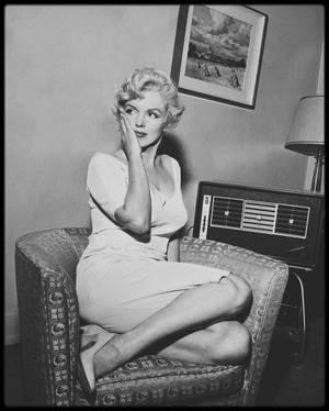 1958 / Marilyn attendant un coup de téléphone important de son mari Arthur MILLER, alors en procès... Les journalistes étaient là !