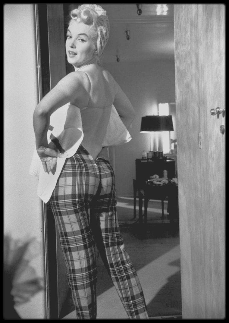 """1960 / Photos Eve ARNOLD, Marilyn se préparant dans sa loge pour une session photos avec la célèbre photographe ; la séance photos terminée, toute l'équipe boit le champagne. Elle tourne alors le film """"The misfits""""."""