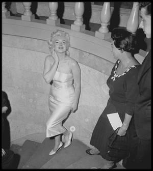 """1955 / Marilyn participe à un banquet caritatif d'une organisation judaïque, la """"United Jewish Appeal"""", afin de récolter des fonds pour les leaders de la manifestation."""