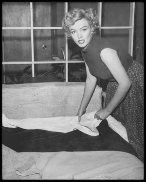 "1951 / Photos Phil BURCHMAN, Marilyn dans sa chambre au ""Beverly Carlton Hotel""."