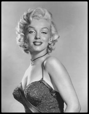 8 Juillet 1953 /  A l'occasion de la sortie de « Gentlemen prefer blondes »,  Marilyn reçoit le prix de «  The best friend a diamond ever had » (« La meilleure amie des diamants ») par l'Académie de joaillerie.