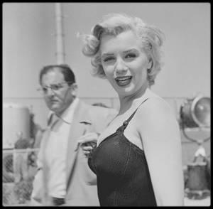"""1952 / Marilyn lors du tournage de """"Monkey business"""". Après un premier rôle dans « Don't bother to knock » (1952), Marilyn interpréta celui d'une secrétaire purement décorative dans une comédie assez stupide où il est question d'un chimpanzé et d'un élixir de jeunesse. Son partenaire masculin était Cary GRANT. La Fox s'efforça d'employer désormais sa nouvelle jeune star au mieux de ses possibilités, mais ce fut là le dernier rôle de secrétaire de Marilyn. La première du film eut lieu à Atlantic City, dans le New Jersey. Pour la campagne promotionnelle, les studios firent en sorte que Marilyn puisse mener la parade pour """"Miss America"""". Ce fut la première du genre à être menée par une femme. A sa sortie, le film eut un succès honnête. Pour leur publicité, les cinémas mirent en avant le nom de Marilyn plutôt que celui de ses partenaires, Cary GRANT et Ginger ROGERS, pourtant plus connus qu'elle."""