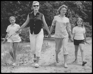 1955 / Marilyn en vacances à Long-Island chez ses amis Patricia, Norman ROSTEN et leurs enfants.