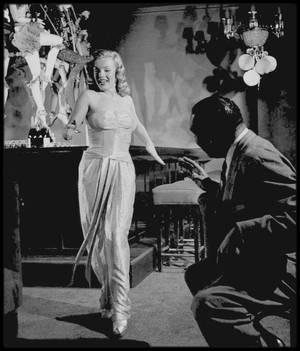"""1948 / Photos J.R. EYERMAN, Marilyn prenant des cours de chant au """"Mocambo Club"""" aux côtés de Phil MOORE pour les numéros musicaux du film """"Ladies of the chorus"""". Notons que Marilyn porte la robe du film """"Love happy""""."""