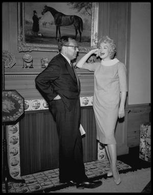 "25 Avril 1958 / Marilyn signe le contrat pour le film ""Some like it hot"" avec Walter MIRISCH."