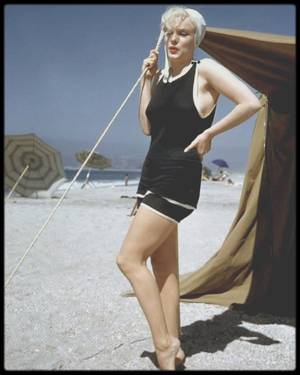 """1958 / Marilyn sur la plage de l""""Hôtel """"Del Coronado"""" en Californie, lors du tournage du film """"Some like it hot"""" : Hôtel """"Del Coronado"""".  Adresse : 1500 Orange Avenue, Californie. Situé à deux heures de route au sud de Los Angeles, dans la baie de San Diego. L'hôtel fut construit en 1888 et les invités de l'époque étaient Charles LINDBERGH, Thomas EDISON, et Edward, le Prince de Galles. Marilyn y logea, au """"Vista Mar Cottage"""", pendant le tournage des scènes extérieures du film."""