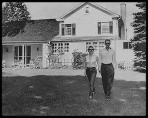 1956 / Suite à l'annonce aux journalistes de leur mariage imminent, traqué par la presse, le couple décide d'aller s'installer un temps dans la propriété d'Arthur, à Roxbury dans le Connecticut... (photos Charles CARSON et Seymour WALLY). Le comté de Litchfield (Connecticut) était une zone rurale peu peuplée, avec des vaches, des murets de pierre, des fermes blanches en bois du XVIIIème siècle et des granges rouges si typiques près des silos à grain. Première maison d'Arthur MILLER : à l'intersection de Old Tophet Road et Gold Mine Road :  MILLER l'acheta pendant l'hiver 1947. A cette époque il était marié avec sa première épouse Mary Grace SLATTERY : C'était une charmante maison de sept pièces aux fenêtres peintes en blanc avec des volets à lattes et une cheminée. La propriété comptait 22 hectares de terres et un court de tennis. Son cousin, Morton MILLER, possédait lui aussi une maison non loin de là. C'est dans cette maison que le 29 juin 1956 Arthur et Marilyn donnèrent une conférence de presse pour annoncer leur mariage. Le couple pose devant la maison avec le basset d'Arthur, Hugo.
