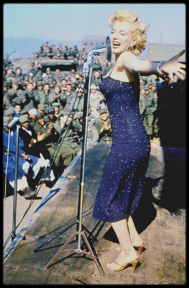 Février 1954 / À peine mariés à San Francisco, Marilyn et le célèbre joueur de baseball Joe DiMAGGIO s'envolent pour le Japon en voyages de noces. En janvier, au Japon, commencent en effet les entraînements pour la saison de baseball. L'arrivée de DiMAGGIO avec sa jeune épouse Marilyn à Tokyo est une nouvelle qui passionne la presse et les fans des deux vedettes. Après deux semaines, Marilyn interrompt leur voyage de noces pour un tour de chant en Corée du Sud auprès des 100 000 soldats américains stationnés à la frontière avec la Corée du Nord. Marilyn se déplace en hélicoptère de camp en camp. Pendant les quatre jours de son tour de chant, elle est filmée par les caméras des armées. Pourquoi a-t-elle interrompu leur voyage de noces ? Pourquoi aller chanter « Do it Again » et « Diamonds are a Girl's Best Friend » dans des campements de GI's?