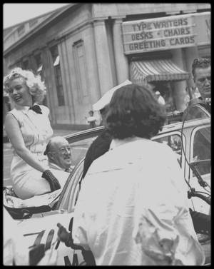 """1952 / Marilyn parade en voiture dans les rues d'Atlantic City afin de promouvoir le film """"Monkey business""""."""