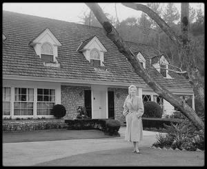 Février 1956 / De retour à Hollywood, Marilyn logea avec Milton, Amy et Joshua GREENE, David MAYSLES, l'assistant de Milton, les deux domestiques des GREENE (Kitty et Clyde) et Florence THOMAS, sa domestique, dans une maison de neuf pièces louée par Milton GREENE au 595 North Beverly Glen Boulevard, à Holmby Hill, West Los Angeles, pour 995 $  par mois. La maison était située dans le quartier de Westwood, à deux pas de l'UCLA (University of California Los Angeles) et de la Fox, où les scènes d'intérieur de « Bus stop » devaient être tournées. (photos Gene LESTER et Milton GREENE).