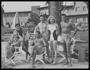 """1947 / Photo Ed BAIRD, Marilyn assista au tournoi de golf annuel du """"Cheviot Hills Country Club"""", en face des studios de la Fox. Des célébrités y participaient et, afin d'égayer l'ambiance, les organisateurs avaient fait appel à des caddies, pimpantes starlettes censées porter les clubs  et les sacs de vedettes du cinéma comme Henry FONDA (photo),  James STEWART, John WAYNE, Tyrone POWER, et d'autres étoiles du grand écran."""