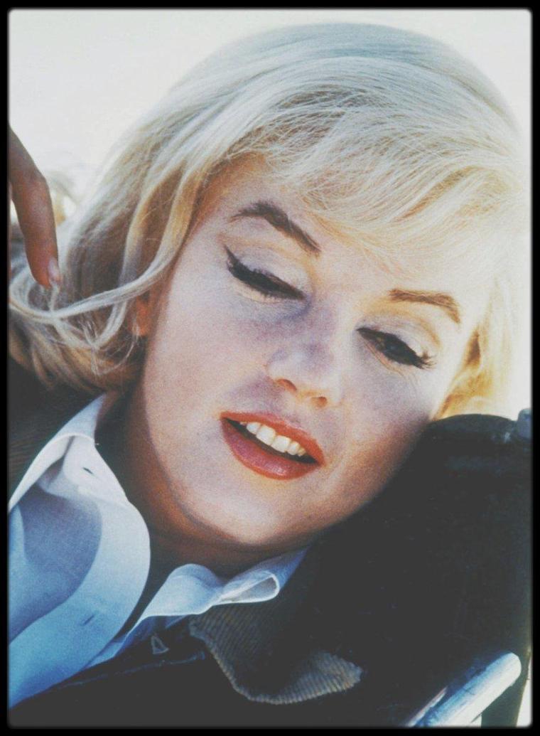 """1960 / Marilyn dans le désert du Nevada lors du tournage du film """"The misfits"""" (certaines photos signées Eve ARNOLD) / Dans son 29ème et dernier film (achevé) où elle se trouve seconde au générique; derrière Clark GABLE et devant Montgomery CLIFT, Marilyn interprète un rôle spécialement écrit pour elle par son mari Arthur MILLER, celui d'une femme qui vient de divorcer, qui est perdue, qui ne sait pas où aller et que faire, et qui est très déçue des hommes. Le personnage de Roslyn conçu par MILLER s'inspire à beaucoup d'égards de Marilyn. Marilyn est morte quelques mois après la fin du tournage, à 36 ans. Marilyn a été désignée responsable de la rapide chute de santé de GABLE, puis de sa subite mort quelques jours plus tard, en raison de son mode de travail : retards incessants, prises des scènes multipliées à l'envi, etc., notamment par la dernière femme de GABLE, Kay (enceinte à cette époque), ce qui l'a jetée dans une nouvelle phase de dépression. Elle n'alla pas assister à la cérémonie funéraire de la star défunte. Kay l'invita cependant au baptême du fils que Clark GABLE ne connut jamais. On a ensuite mentionné le fait que GABLE avait tenu à jouer toutes ses scènes dans le film, y compris les cascades, qui l'ont beaucoup sollicité et fatigué. / De nombreux photographes de premier plan ont pris des clichés lors du tournage: Eve ARNOLD, Cornell CAPA, Henri CARTIER-BRESSON, Bruce DAVIDSON, Elliott ERWITT, Ernst HAAS... Le film, qui n'eut guère de succès à sa sortie, est aujourd'hui connu pour des raisons qui tiennent moins à son contenu qu'à la vie de ses interprètes. Clark GABLE mourut d'un infarctus quelques semaines après la fin du tournage, et Marilyn ne termina jamais son film suivant, """"Something's got to give"""" (George CUKOR, 1962). Montgomery CLIFT tourna encore trois films et mourut à quarante-six ans. Il n'en fallait pas davantage pour établir l'image « crépusculaire » des """"Misfits"""" – fin du mythe de l'Ouest, fin de l'âge d'or d'Hollywood."""