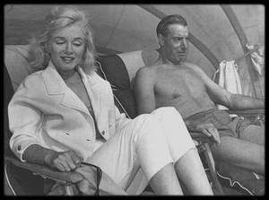 """1961 / Marilyn appela Joe DiMAGGIO dans un état de grande détresse, depuis le service de psychiatrie du """"Payne Whitney Hospital"""", à New York, où Marianne KRIS l'avait fait interner pour cure de repos. Joe prit l'avion depuis la Floride et demanda qu'on la fasse sortir de la section psychiatrique. Marilyn fut ramenée par Ralph ROBERTS à son appartement, où Joe l'attendait. Il la fit transporter au """"Columbia Presbyterian Hospital"""" où elle resta du 10 février au 5 mars 1961. Il resta avec elle tous les jours. Il ramena Marilyn se reposer en Floride, notamment à Redington-beach."""