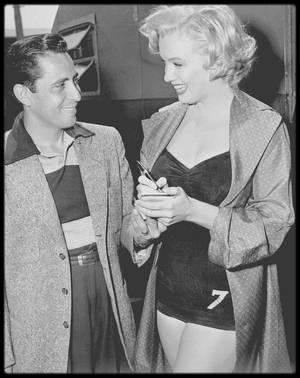 """1952 / Marilyn signant un autographe à un fan lors du tournage du film """"Monkey business""""."""