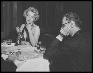"""18 Décembre 1956 / Marilyn et Arthur MILLER se rendent à la première du film """"Baby Doll"""" au """"Victoria Theater"""" sur Broadway, New York. Après la première au cinéma, Marilyn et Arthur se rendent à une grande réception organisée au """"Waldorf Astoria"""". Le couple y apparaît plus que jamais très amoureux, dansant lascivement ensemble. Marilyn y donne une interview pour la radio. / ANECDOTE / C'est une des rares fois que Marilyn coiffe sa fameuse mèche sur le côté gauche. (photos signées Paul SLADE)."""