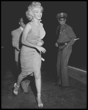 """15 Septembre 1952 / Marilyn participa à une compétition de base-ball à but caritatif, le « Out of This World Series Charity  Baseball Game » au """"Gilmore Field""""  de Los Angeles."""