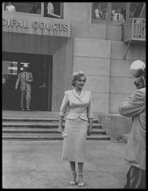 26 Juin 1952 / Photos George SILK, Marilyn fut appelée à témoigner devant le juge Kenneth HOLADAY dans le procès contre Jerry KAUPMAN et Morie KAPLEN, accusés de vendre des photos de nus par correspondance et d'avoir utilisé à cette occasion le nom de Marilyn pour  leur publicité. Roy CRAFT, publicitaire à la Fox était à ses côtés. Joe DiMAGGIO la soutient à cette occasion qui lui valut encore plus la sympathie du public. La rumeur d'un mariage imminent entre eux commença à courir dans tout Hollywood.