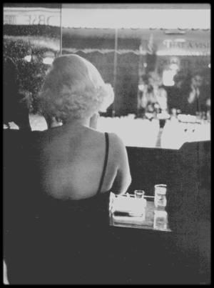"""1959 / Marilyn se préparant pour une soirée lors de son arrivée à Chicago pour la promotion du film """"Some like it hot"""" ; photos signées Earl GUSTIE et Manfred Linus KREINER. Marilyn est coiffée par le célèbre coiffeur de Stars, Kenneth BATTELLE."""