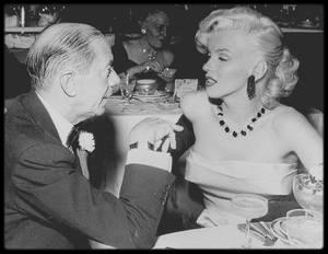 """1er Janvier 1953 /  Marilyn assista à la """"Cinérama party"""", donnée au """"Cocoanut Grove"""" de """"l'Ambassador Hotel"""" de Los Angeles. Donald O'CONNOR, son futur partenaire de « There's no business like show business », la journaliste Louella PARSONS, le compositeur Cole PORTER et  Joe DiMAGGIO assistèrent également à la soirée. Marilyn et Joe firent un pacte : elle s'engageait à ne plus porter en publique ses robes décolletées qui le gênaient tant, et il essayerait de se montrer plus patient avec elle et plus poli avec Natasha LYTESS, pour qui il éprouvait toujours une antipathie égale sans doute à celle qu'elle-même éprouvait à son égard."""