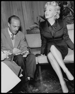"""1956 / Conférence de presse avec Milton GREENE en vue du tournage du film """"Bus stop"""" (PART 2) / Cela faisait plus d'un an qu'elle n'était pas revenue à Hollywood. Un accueil tumultueux l'attendait : des centaines de journalistes étaient présents, et il y avait une telle foule, qu'elle ne put sortir de l'aéroport qu'au bout de deux heures; elle fit une conférence de presse au sein de l'aéroport;"""
