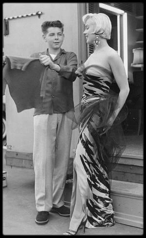"""1954 / Photos Sam SHAW, Marilyn au sortir de sa loge se voit offrir un pull-over par un jeune fan lors du tournage du film """"The seven year itch""""."""