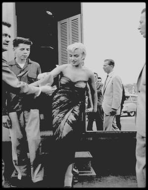 "1954 / Photos Sam SHAW, Marilyn au sortir de sa loge se voit offrir un pull-over par un jeune fan lors du tournage du film ""The seven year itch""."