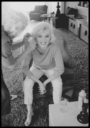 """29-30 Juin 1962 / Marilyn en pleine préparation (c'est Allan SNYDER qui la maquille, et Agnes FLANAGAN qui la coiffe, tout deux au service de Marilyn depuis plusieurs années) pour une session photos avec George BARRIS, qu'elle rencontra une première fois en 1954. Les photos ont été prisent chez un ami du photographe, dans la maison de  Walter """"Tim"""" LEIMERT, située 1506 Blue Jay Way, North Hollywood Hills. Il ne restera à Marilyn que 2 mois à vivre, George BARRIS étant un des dernier à avoir photographié la star."""