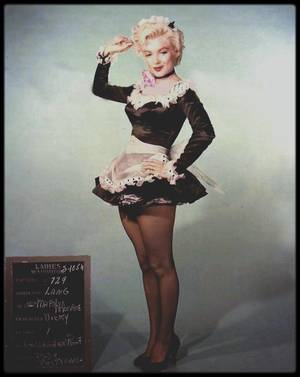 """1954 / Marilyn lors du tournage du film """"There's no business like show business"""" (La joyeuse parade), notamment avec Johnnie RAY, un de ses partenaires dans le film, lui dédicaçant une photo."""