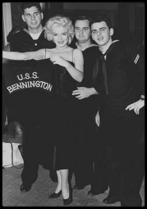 """31 Mars 1955 / Marilyn est invitée par les marins de """"l'USS Bennington"""" au grand ballroom de l'Hotel """"Astor"""" sur Time square, N Y ; Marilyn se fit attendre pendant 3 heures..."""